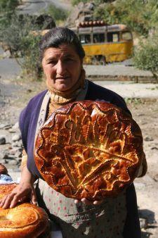 Verkäuferin mit köstlich süßem Brot am Kloster Geghard (© CH)