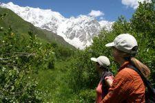 Enguri-Wanderung vor dem Bergmassiv des Schchara (5.068 m / © BH = Birgit Heinichen)