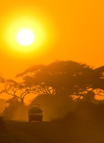 Sonnenuntergang während einer Nachtpirschfahrt im Ziwani Schutzgebiet in Kenia.
