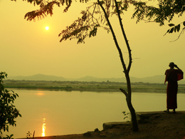 Moench beim Sonnenuntergang - Ayeyarwady Fluss - Myanmar