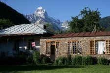Privatquartier in Betscho  vor dem Berg Uschba (© BH)