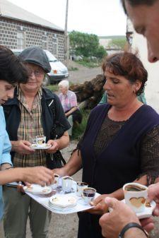 Spontaner Steh-Kaffee am Tabatzkuri-See (© HS)