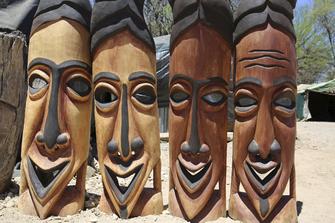 Masken auf dem Holzmarkt in Okahandja in Namibia