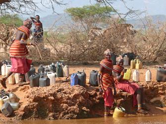 Wasser holen am Fluss im Digo Dorf in Kenia