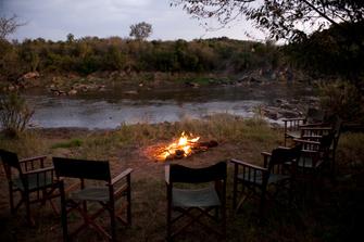 Lagerfeuer mit afrikanischen Begleitern in Kenia