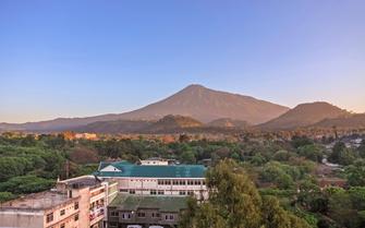 Blick von Arusha auf den Mount Meru in Tansania.