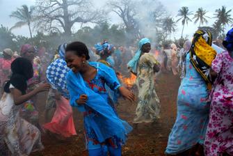 afrikanische Frauen in traditioneller Kleidung tanzen in Karatu in Tansania.