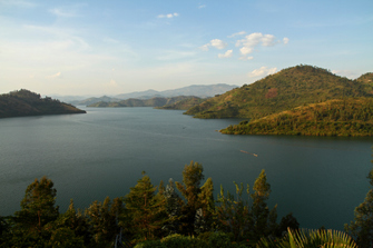 Wir fahren nach Kibuye und Cyangugu entlang des Lake Kivu in Ruanda.