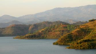 Wanderung durch bergige Dörfer am Kivu See in Ruanda.