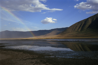 Regenbogen im Ngorongoro Krater in Tansania