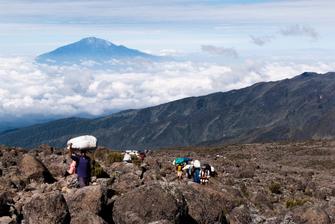 Träger auf der Machame Route bei der Kilimanjaro Besteigung in Tansania