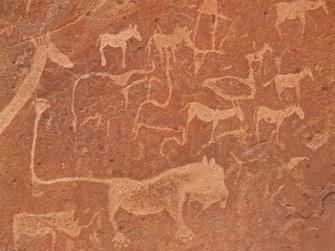 Felszeichnungen von afrikanischen Tieren wie Löwen und Giraffen in Twyfelfontein in Namibia