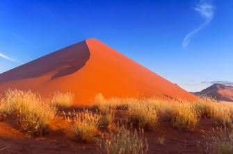 Wandern in der Namib wüste im Sossusvlei in Namibia