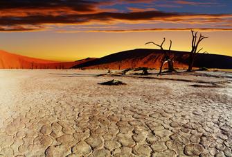 Sonnenuntergang in der Wüste Namibias