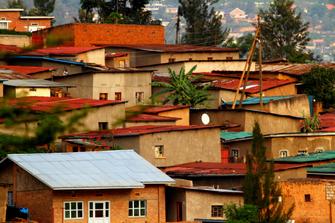 Bunte Häuser am Berg in Kigali in Ruanda