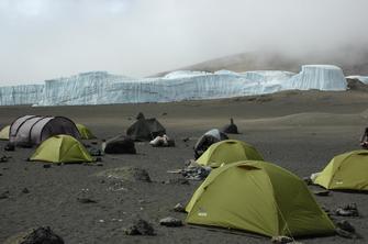 Zelte am Krater des Kilimanjaros in Tansania