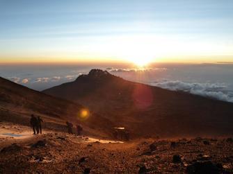 Stella Point nahe des Gipfels Uhuru Peak auf dem Kilimanjaro in Tansania