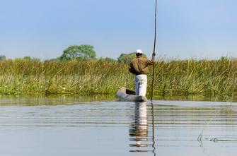 Bootsfahrt mit einem Mokoro auf dem Okavango in Botswana