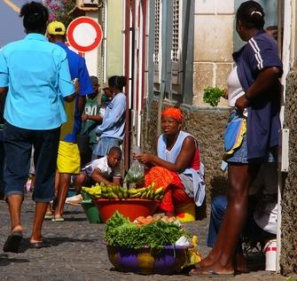 Freizeit auf einem Markt in Mindelo auf den Kapverden