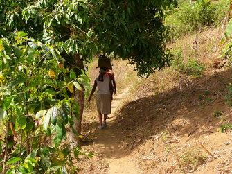 Frau trägt etwas auf ihrem Kopf auf den Kapverden