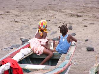Kinder im Boot am Strand auf den Kapverden