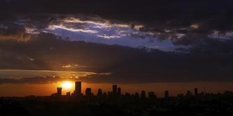 Skyline von Johannesburg bei Sonnenuntergang in Südafrika