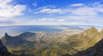 Blick vom Tafelberg auf Kapstadt in Südafrika
