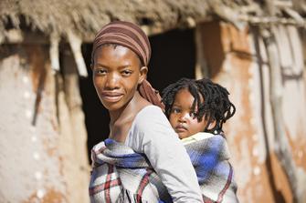 Frau mit Kind auf dem Rücken in der Fraueninitiative Penduka in Namibia