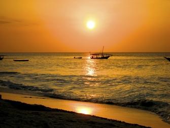 Sonnenuntergang über dem Meer von Sansibar in Tansania
