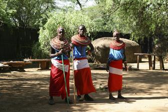 kenianische Ureinwohner mit traditioneller Kleidung