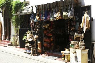 Souvenirgeschäft in der Altstadt Mombasas in Kenia