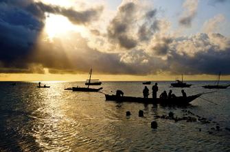 Fischer auf dem Meer und Sonnenuntergang in Mombasa in Kenia