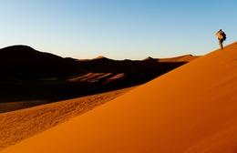 Duenenwanderung beim Sonnenuntergang - Namib Wueste - Namibia