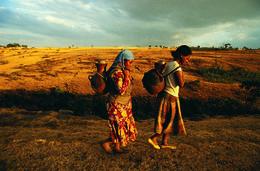 Frauen beim Wassertransport - Aethiopien
